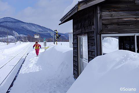 JR石北本線、雪が積もった旧白滝駅で雪かきをする地元の人
