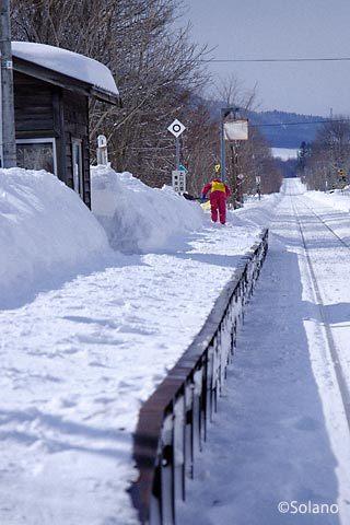 冬の旧白滝駅のホームで雪かきをする地元の人