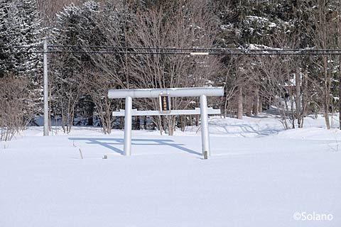 石北本線・上白滝駅‐白滝駅間の沿線、雪に埋もれる上白滝神社