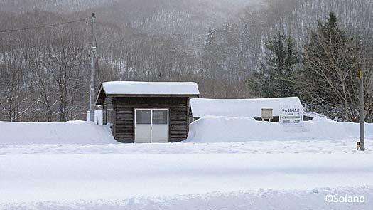 JR北海道・石北本線の秘境駅、雪に包まれる旧白滝駅
