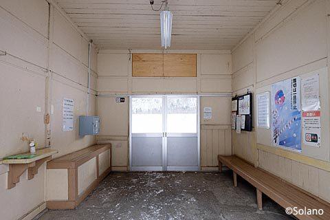下白滝駅の木造駅舎、原型をとてもよく留めた待合室