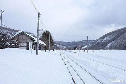 JR北海道・石北本線、雪に包まれた下白滝駅駅舎とホーム