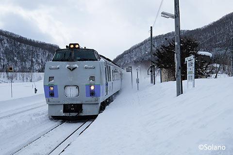 石北本線・下白滝駅を通過する特急オホーツク3号