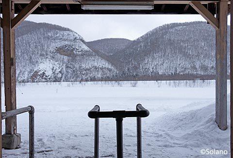下白滝駅改札口跡とプラットホーム、そして雪原