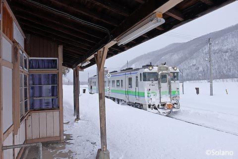 下白滝駅に入線した白滝行きの上り普通列車、キハ40