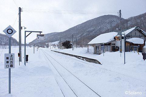列車交換が可能な下白滝駅、上りホームと駅舎側下りホーム