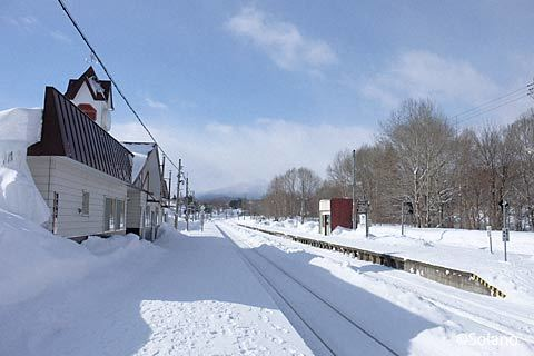JR北海道・石北本線、白滝駅プラットホームと駅舎