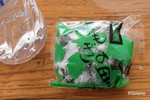 白滝駅待合室で、川上駅前の宿で貰った大福餅を食べる