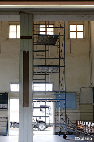 駅舎改築工事中の神町駅、待合室には高い足場が組まれる