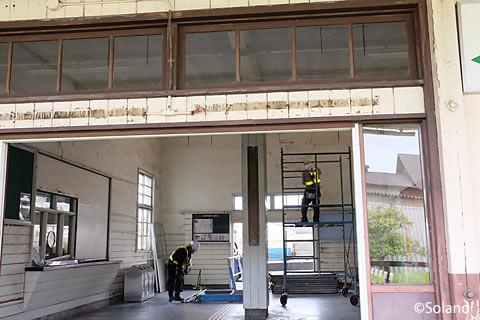 奥羽本線、駅舎取り壊し中の神町駅。待合室