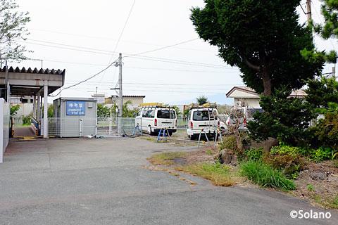 駅舎建替え工事中の神町駅、駅の庭園跡と仮駅舎