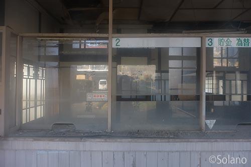 廃墟と化した旧厚保郵便局、窓口の造りが残る内部