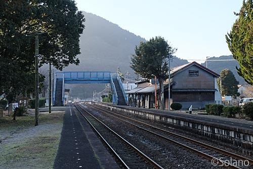 JR美祢線・厚保駅のプラットホームと駅舎