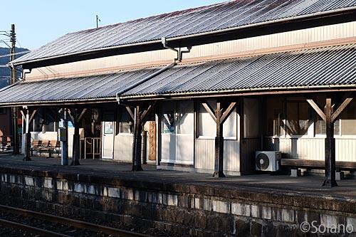 美祢線・厚保駅の木造駅舎、木の柱が並ぶ