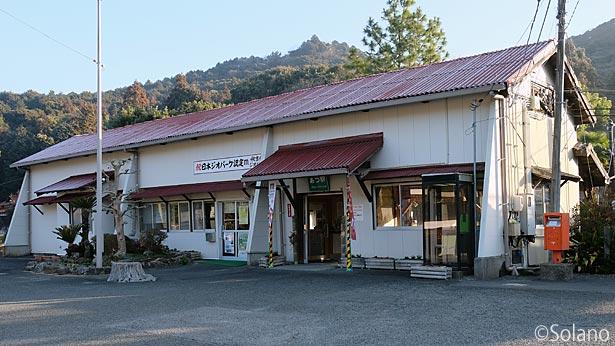 JR西日本・美祢線、厚保駅の木造駅舎正面