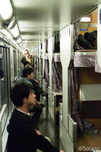 最終日の下り寝台特急はやぶさB寝台、満席の車内