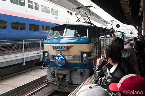 終着駅の東京駅に到着した上りの寝台特急富士・はやぶさ号