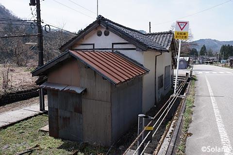 富山地鉄・立山線・千垣駅、駅舎後部からの眺め