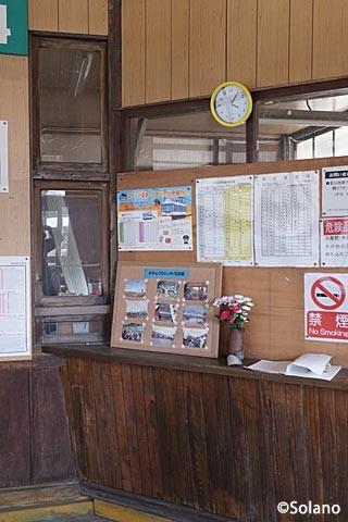富山地鉄・立山線・千垣駅、有人駅時代の造りを残す切符売場