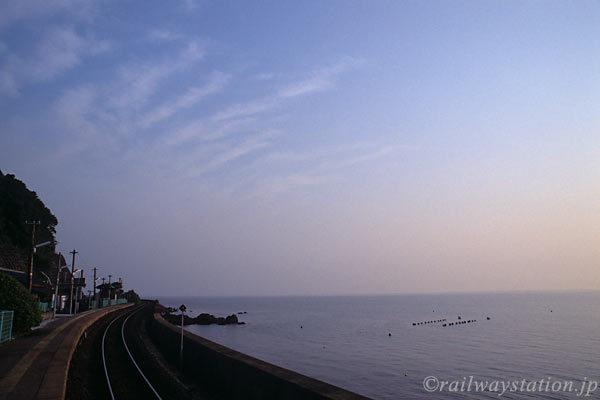 夕陽に染まる眼前の海、大村湾沿いに位置する千綿駅