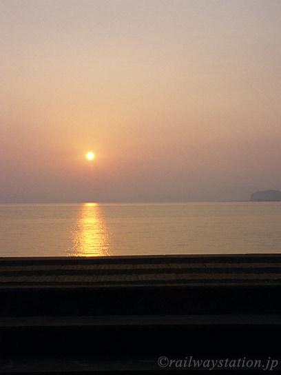 千綿駅、海を赤く染めながら水平線の向こうに沈む夕日