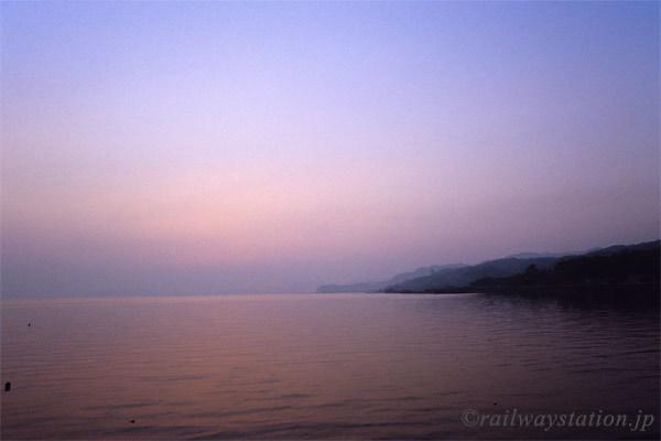 JR九州・大村線、千綿駅ホームから望む日没後の海