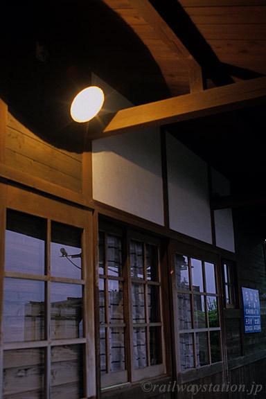 JR九州・大村線・千綿駅、夜の木造駅舎にあかりが灯る