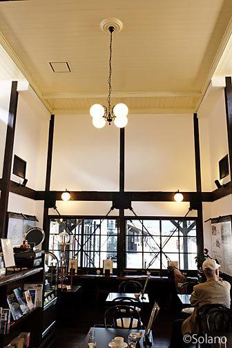 勝山駅の木造駅舎内のえち鉄カフェ、天井の古い造り
