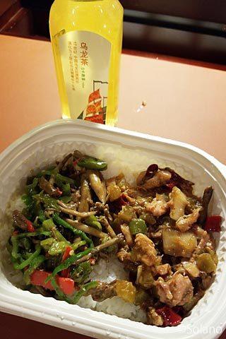 中国・成都のファミリーマートで買った中華どんぶり弁当