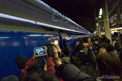 ラストランとなる下り寝台特急はやぶさ・富士、東京駅に入線
