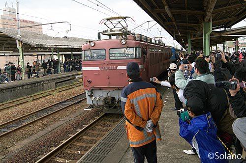ラストランの富士・はやぶさ、下関駅の機関車交換・EF81