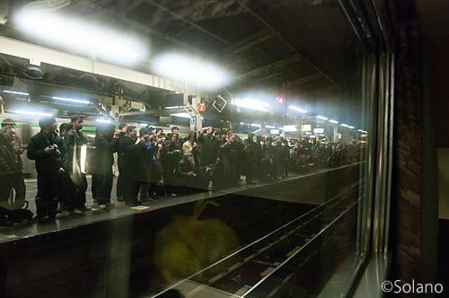 横浜駅でラストラン富士・はやぶさを見送る人々