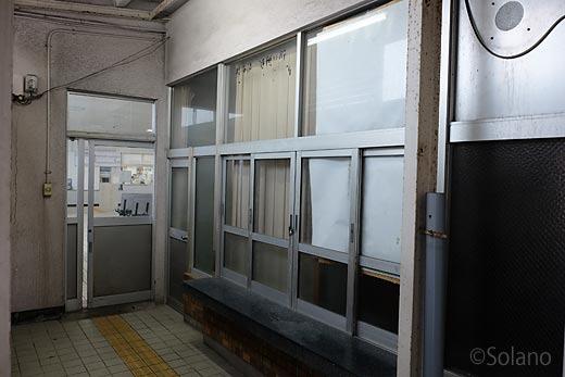 江津駅、待合室とトイレの間にある手小荷物窓口跡