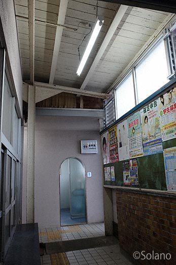 山陰本線・江津駅、手小荷物窓口跡と木造の屋根