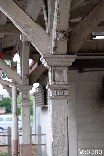 JR武豊線・半田駅の駅舎、屋外改札口跡の木の柱