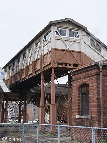 武豊線・半田駅、レンガの危険品庫と日本最古の現役跨線橋