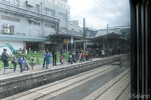 熊本駅でラストラン寝台特急はやぶさの終着を出迎えた人々