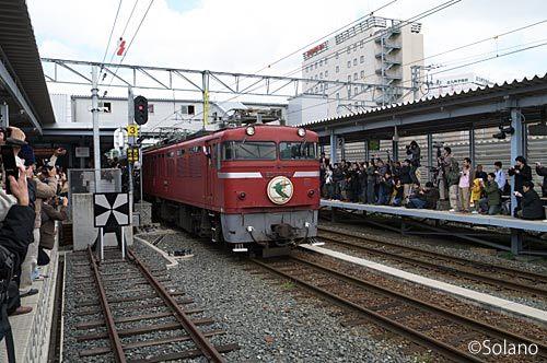 ラストランを終え熊本駅を離れる寝台特急はやぶさ、ED76