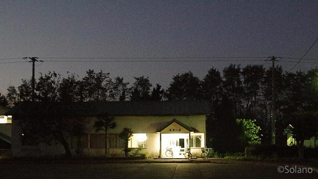 JR根室本線、夜で人気無く沈黙に包まれる東滝川駅