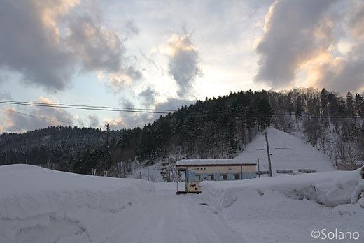 留萌本線、幌糠駅、雪の中に佇む車掌車改造の簡易駅舎