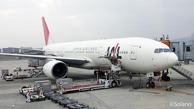 大阪伊丹空港、JAL国内線ファーストクラス装備のB777-200