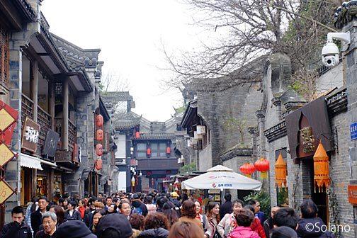 武候祠博物館横、大勢の人で賑わう錦里古街