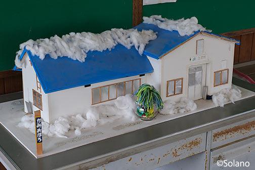 待合室に飾られた上尾幌駅の木造駅舎の模型