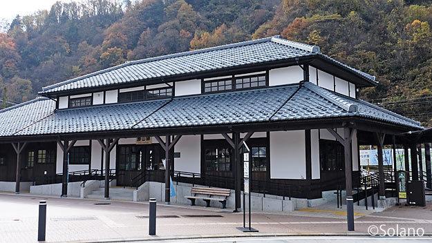 「えち鉄カフェ」が開業したえちぜん鉄道・勝山駅の木造駅舎