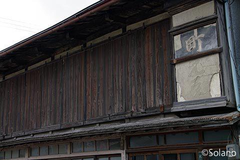 青い森鉄道・剣吉駅前の元商家か何かの木造建築