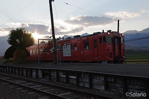 根室本線・布部駅に停車するタラコ色のキハ40系気動車
