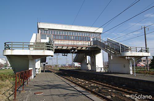 室蘭本線・北吉原駅、ホームから眺めるとホワイトベースのような珍駅舎
