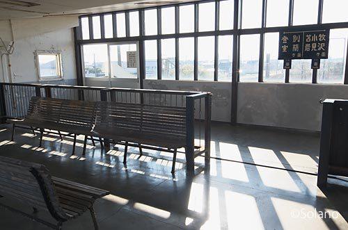 JR北海道・室蘭本線、北吉原駅。高架の待合室内部