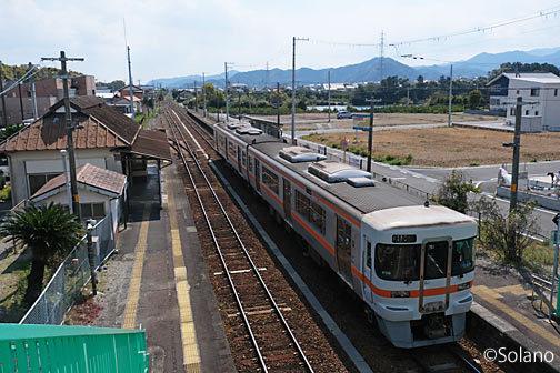 紀勢本線・神志山駅を跨線橋から見下ろす
