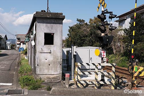 神志山駅近く、紀勢本線の踏切横で見つけた極細建築